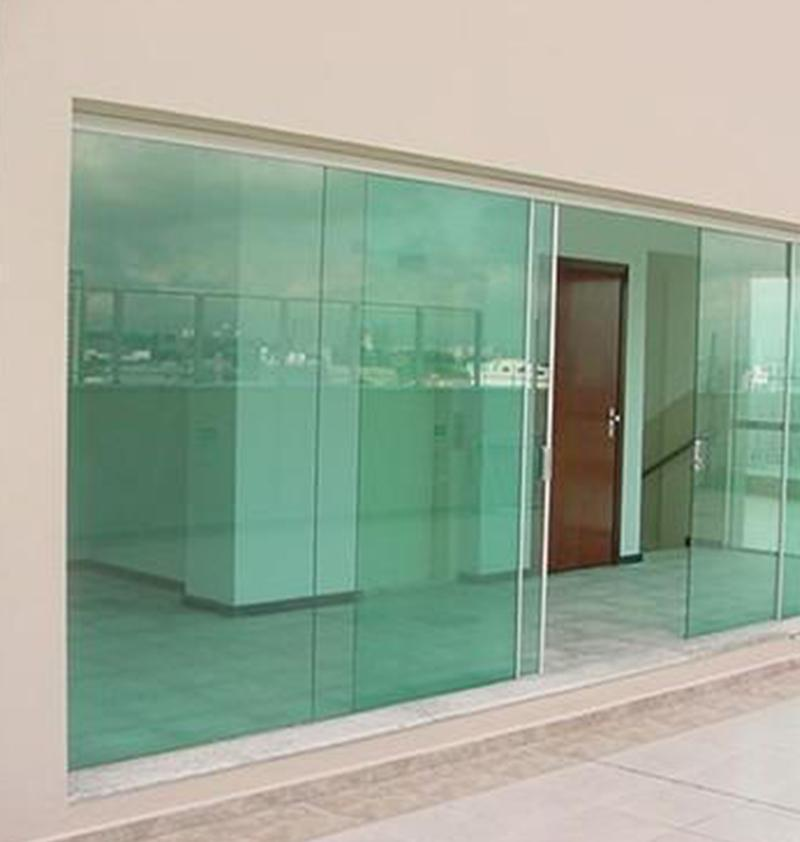 Fachada de vidro de...
